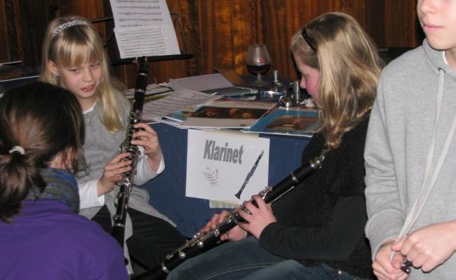27 Ook Margot kan al aardig wat uitleggen over klarinet spelen